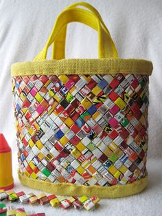 handbag candy wrapper I made this with 792 pieces of candy wrappers, 792 pieces of recycled paper from a phone book, yellow burlap, felt and thread. Candy Wrapper Purse, Candy Wrappers, Candy Bags, Sweet Wrappers, Recycled Crafts, Diy Crafts, Recycled Magazines, Candy Crafts, Recycler Diy