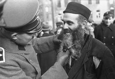 A German soldier cuts a Jews beard in the Warsaw ghetto Jewish History, World History, Ww2 History, History Education, Luftwaffe, Warsaw Ghetto, Jewish Men, Historical Images, World War Two