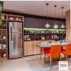 Cores usadas  pontualmente nessa cozinha gourmet linda de viver . Projeto Fernanda Marques