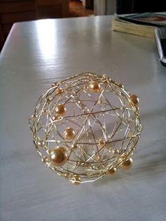 En filtkugle eller lignende kan bruges som skabelon (ikke glas). Ståltråd eller bonzaitråd og perler, som trækkes på som man nu synes. Kan evt. spraymales...