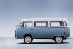The Volkswagen Type 2 Microbus, after 56 years of production in Brazil, ends its tenure, with the production of the 600 Kombi Last Edition vans. Volkswagen Transporter, Volkswagen Type 2, Volkswagen Golf, Kombi Last Edition, Vw Kombi Van, Split Screen, Transit Custom, Combi Vw, Camper Van Conversion Diy