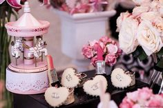 Rosa Paris Birthday Party Cheio de ideias bonitos através de idéias do partido de Kara |. Kara'sPartyIdeas com # # Paris Chanel # party # Idéias # Fontes (22)
