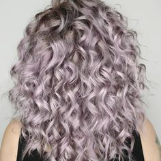 Obsessed with this lavender grey hair look by using OYSTER 😍 Pale Blonde Hair, Grey Hair Dye, Balayage Hair Blonde, Hair Color Blue, Purple Hair, Dyed Hair, Grey Hair And Makeup, New Hair Colors, Haircolor