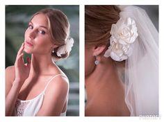 Peineta Charm Doble Flor. Esta hermosa flor con sus suaves pétalos y su sencillo y elegante diseño es el complemento perfecto y sutil para cualquier tipo de novia.