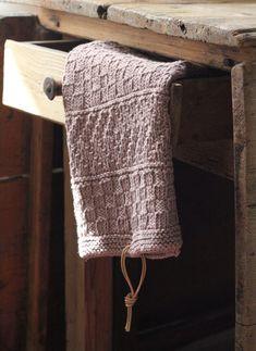 Som tidligere nævn strikkede mine bedstemødre de fineste små håndklæder, som både pyntede og nyttede på badeværelset og i køkkenet. Håndklædet har en mønsterbort i hver ende, og den beskrives i strikkeopskriften. Garnet er fra Cewec. Strikket pudderfarvet håndklæde med mønsterborter Det skal du bruge: 4 ngl. Fibranatura Cottonwood 100 % organic cotton fra Cewec og pinde nr. 4. 80…