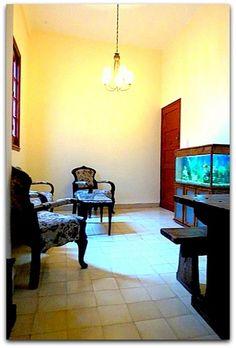 Detalle del interior del apartamento. Dining Table, Furniture, Home Decor, Apartments, Decoration Home, Room Decor, Dinner Table, Home Furnishings, Dining Room Table