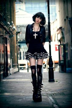 Un street style gothic-lolita Image Fashion, Dark Fashion, Style Fashion, Gothic Mode, Gothic Lolita, Dark Gothic, Alternative Mode, Alternative Fashion, Lolita Fashion