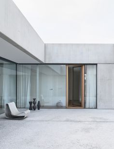 Completed in 2020 in Ljubljana, Slovenia. Images by Miran Kambic. The atrium house was designed to unite the family's living quarters with the working studio of its owner – a ceramic designer and artist - under one. Concrete Facade, Concrete Architecture, Concrete Houses, Residential Architecture, Architecture Courtyard, Concrete Structure, Concrete Design, Maison Atrium, Casa Atrium
