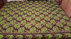 Copriletto matrimoniale di lana lavorato a mano con intreccio di multiforme di rose verdi tra rami marroni su fondo beige. 210×170 cm,3kg di TRADIZIONALE su Etsy