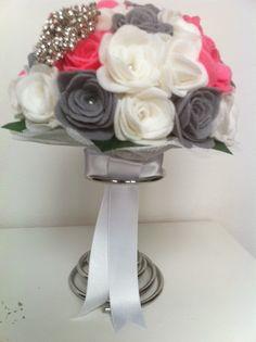 Ramo de fieltro: Rosas grises, blancas y rosas   Broche