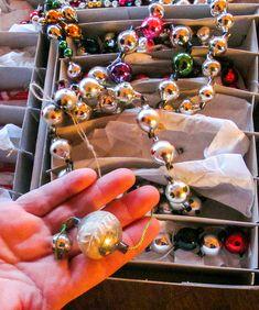 Gro har også en god del lenker laget av små glasskuler. Disse var vanlige fra første halvdel av 1900-tallet og finnes i mange ulike variasjoner. Vintage Christmas, Old Time Christmas, Retro Christmas