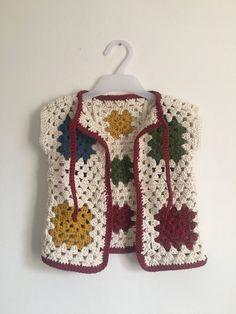 How to Make Crochet Baby Clothes: Step by Step Photos - Artesanato Infantil . - Tığ işleri - How to Make Crochet Baby Clothes: Step by Step Photos – Artesanato Infantil Crochet Waistcoat, Gilet Crochet, Crochet Granny, Knit Crochet, Baby Knitting Patterns, Crochet Patterns, Mode Crochet, Baby Pullover, Crochet Baby Clothes