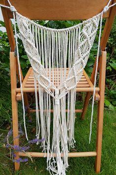 Wir verleihen unsere 2 Makramees für Stühle. Perfekt für Hochzeiten und Feiern im Boho-Vintage-Stil. Material: Makrameegarn 3mm creme Maße: ca. 35 cm breit (ohne Befestigungsschnur), ca. 65 cm lang