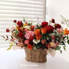 장미 꽃바구니 R mix * 서울 꽃배달 리지데이 #liziday #flowergift #gift #koreaflower #koreanflorist #florist #flowerarrangement #flowerbox #handtied #꽃다발 #꽃다발포장 #flowerclass #flowershop #flowerwrapping #wrapping #bouquet #플로리스트 #리지데이 #koreanflorist #kstyleflower #koreanflower #kstylewrapping #koreahandtied #flowerpower #flowerbox #centerpieces #roses #giftideas Basket Flower Arrangements, Floral Arrangements, Flower Basket, Flower Boxes, Wedding Gift Baskets, Wicker Picnic Basket, Wedding Decorations, Table Decorations, Crepe Paper
