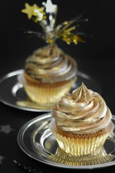 So luxurious! Gold on gold cupcakes #wedding #weddingcupcakes #gold #blacktie #cupcakes