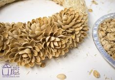 pistachio shell flower wreath, crafts, how to, repurposing upcycling, wreaths Diy Crafts For Home Decor, Diy Arts And Crafts, Fall Crafts, Pista Shell Crafts, Corn Husk Wreath, Pistachio Shells, Shell Flowers, Shell Art, Deco Table