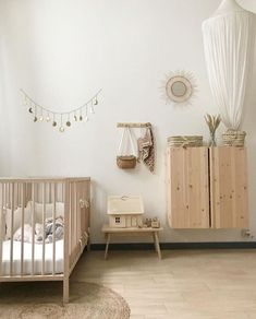 A few nice details of wood, rattan and white bedding make this very peaceful setting 🖤 📷 nursery olliella babykamer kidsroom natural interior kinderkamer kidsroom homeinterior kidsdecor babyroom lidorworld
