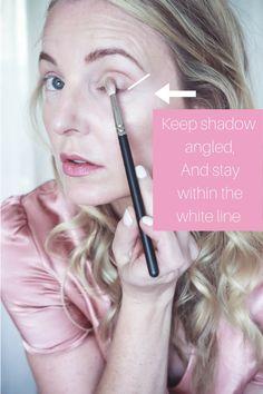 Eye makeup that looks gorgeous! Natural Eyes, Natural Makeup, Charlotte Tilbury Eyeshadow Palette, Hooded Eye Makeup Tutorial, Simple Eye Makeup, Easy Makeup, Beauty Tutorials, Eyeshadow Tutorials, Makeup Tutorials