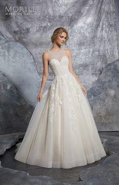 513646668b Model 8215 - Suknia ślubna o klasycznym kształcie z gorsetem w całości zroszonym  kryształkami i cekinami