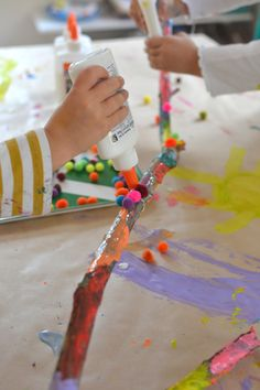 Children collaborate to paint and decorate a large branch. A wonderful process art experience. Projects For Kids, Art Projects, Crafts For Kids, Kindergarten Art, Preschool Crafts, Fun Activities For Kids, Art Activities, Painted Branches, Tree Branches