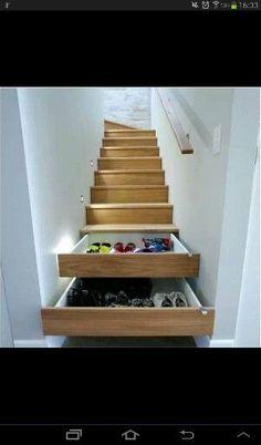 Super idee om de trapkast om te toveren in een praktische opbergruimte voor onze jassen, schoenen en accessoires