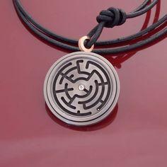 Für den Spieltrieb in uns präsentiert MEISTER ein neues Amulett aus Titan mit Rotgold und einem Brillanten. In dem Labyrinth wartet eine kleine Kugel darauf, sich mit etwas Geschick und einer ruhigen Hand auf die Reise zum Brillanten zu begeben.