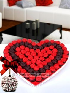 58 adet kırmızı gül şeklindeki kakaolu ve fındıklı kekten ve 22 adet kakaolu ve fındıklı kekten oluşan kalp şeklindeki kek buketine eşlik eden renkli elma şekeri ile aşka da tatlıya da doyacaksınız! Çiçek Sepeti - Hayatımın Tadı Elma Şekerli Kek Buketi