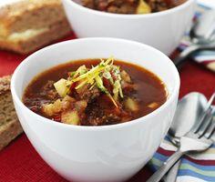 En riktigt matig och god gulaschsoppa med smak av köttfärs. Servera den rykande heta gulaschsoppan tillsammans med en rejäl klick gräddfil och njut av de goda smakerna! I Love Food, Chili, Food And Drink, Meat, Ann, Tips, Recipes, Goulash, Chile