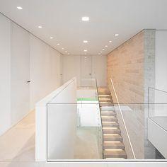 Treppengeländer oben - eine Kombination aus halbhoher Mauer und Glas