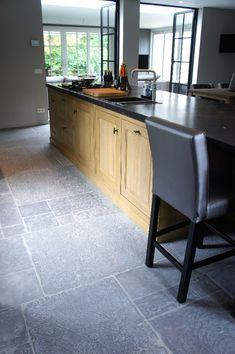 "Castle Stones Dalle ""Old Grey"" Stone Kitchen Floor, Kitchen Flooring, Castle Stones, Cottage Shabby Chic, Small Kitchen Cabinets, Kitchen Design, Kitchen Ideas, Rustic Contemporary, Little Kitchen"