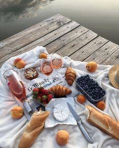 Brunch, or dinner. Croissants, Wine and fresh Fruits are always a winner Food N, Good Food, Food And Drink, Yummy Food, Picnic Date, Summer Picnic, Beach Picnic Foods, Comida Picnic, Gouda