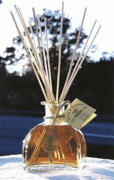 Tão simples e tão eficazes...são os difusores de aromas que utilizam varetas de madeira para levar o aroma ao ambiente. Podem ser colo...