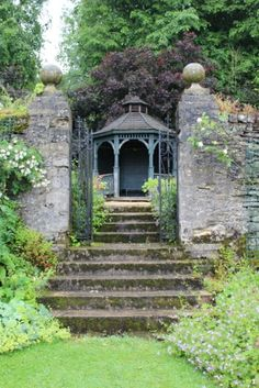 """ Leave the hustle and bustle of today's world and visit Cerney House Gardens , where time seems to stand still."" , står der på om haven, n."