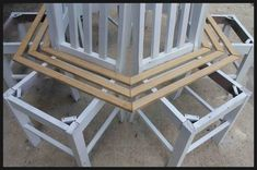Recycled DIY Chair Tree Bench: Recycle 6 Old Chairs and arrange them around a tree, adding timber wood on top to make your own chair tree bench Bench Around Trees, Tree Bench, Diy Garden Furniture, Deck Furniture, Diy Bench, Diy Chair, Chair Bench, Diy Recycle, Recycling