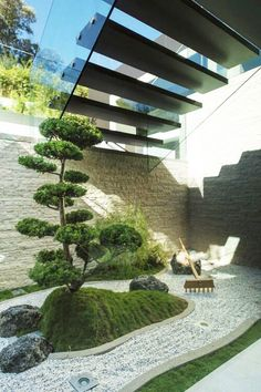 Jardim japonês sob escadaria.  Fotografia: www.decorfacil.com