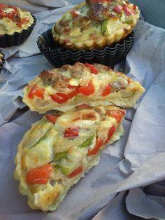 Crostatine con zucchine, peperoni e salsiccia