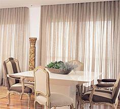 """Tudo lindo. Cadeiras, piso, e o rebaixamento que faz uma """"moldura"""" perfeita para as cortinas. Belo!"""