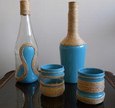 Botellas y porta velas pintadas con esmalte. Adornos de macatillo.