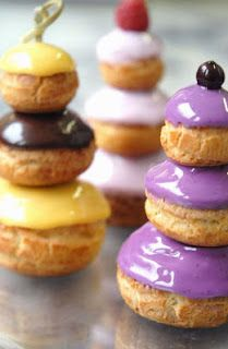 Dressed up pâte a choux, donuts and eclairs are very trendy this year. Eclairs, Profiteroles, Mini Desserts, Just Desserts, Delicious Desserts, Dessert Recipes, Choux Pastry, Pastry Art, Christophe Roussel