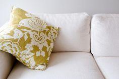 Formas cómo decorar un sofá color crema