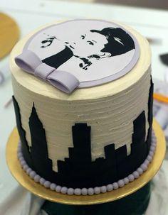 Audrey Hepburn cupcake! 👌😍😍 Tiffany Cakes, Tiffany Theme, Tiffany Party, Audrey Hepburn Cake, Tiffany Sweet 16, Sweet 16 Parties, Breakfast At Tiffanys, Sugar Art, Mini Cakes
