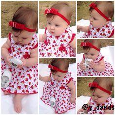 Mais um look perfeito *--* vestido de Moranguinho e um laço lindo vermelho.