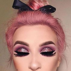 We simply can't get enough of that glitter #eyeshadows and that #pinkhair too. Credits to the owner. http://ift.tt/2ggKAbf