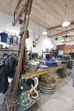 wiedz, że coś się dzieje...  R store by Studio Gascoigne, Auckland store design