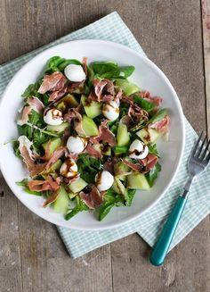 Vandaag gaan we voor een salade. Een salade met meloen en ham. Lekker fris, ideaal voor een warme(re)dag. Als er iets is dat ik deze zomer veel gegeten heb dan zijn het salades. En niet de standaard 'Hollandse salade' met tomaat en ei, ik wisselde lekker af en pakte van alles dat in de koelkast... LEES MEER... Healthy Recipe Videos, Healthy Recipes, Healthy Chicken, Chicken Recipes, Healthy Nutrition, Healthy Eating, Fresco, Nutrition Program, Group Meals