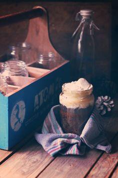 Galletas, chocolate y marshmallows en bote. Thebreakfastlover