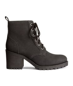 Ankle boots in imitation leather with laces at the top, a pile lining and chunky rubber soles. Heel 7.5 cm.