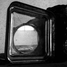 Num dia de chuva, uma imagem feita de pedra, espelho e poeira. O amor ficou no reflexo fora do ângulo da câmera. Infelizmente... #poesia #henrypablo #noithem #imagem #fragmentos #foco #ácaros #composição #amor #love #luz #sombra #ausencia #paixão #afeto #literatura #livro #frase #pensamento