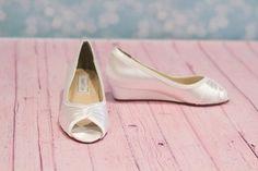 Hochzeit Keil Absatz 1 Einfärbbar Satin * Wählen Sie aus über 150 Farben Hand gefärbt in unserer Color-Studio FARBEN ZUR AUSWAHL Farbkarten - über 150 Farben zur Auswahl http://www.etsy.com/shop/Parisxox?section_id=7067574 Größe & weiße Schuh-SERVICE Obwohl wir das Gefühl passen die Schuhe True To Size... Wir empfehlen, dass Sie auch unsere White-Schuh-Service kaufen für 1.00 + Versand. https://www.etsy.com/listing/210060698/try-on-...