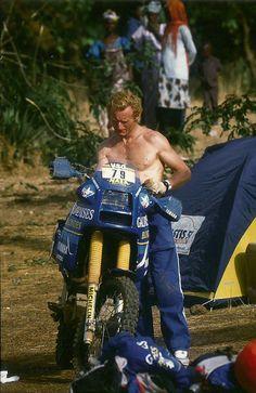 Jean-Claude Olivier n°80 - Pause mécanique sur la moto de Thierry Charbonnier - Paris Dakar 1986 - www.rallye-tenere.net